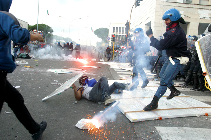 Anti war demonstrators clash with police, Rome 2003  - © Giulio Napolitano