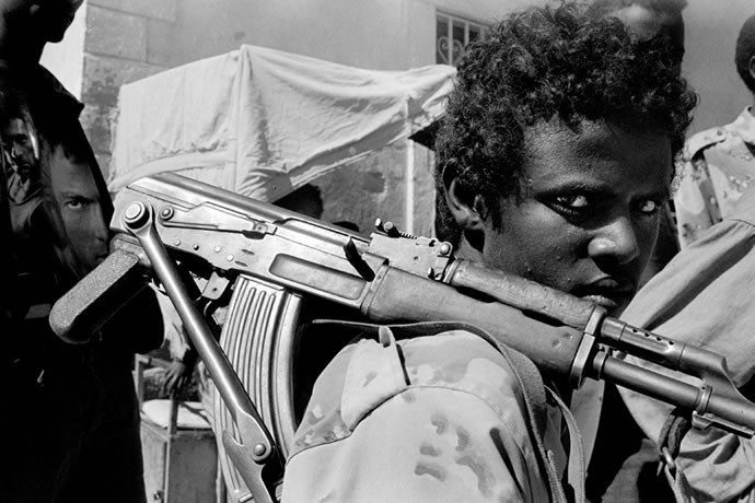Eritrean soldier on duty at one of the observation posts facing the Eritrean/Ethiopian border, 2001  - © Giulio Napolitano