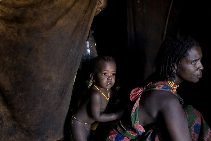 A Gabbra woman in her hut with her children - © Giulio Napolitano