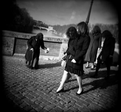 Ponte Sisto beggar - © Giulio Napolitano