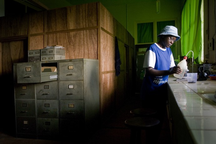 Germaine Vangu in the laboratory of the Research Center in Mvuazi, Bas-Congo - © Giulio Napolitano