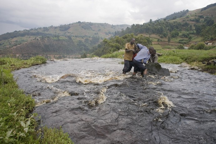 Men at work for the construction of a dam near Rugezi  - © Giulio Napolitano