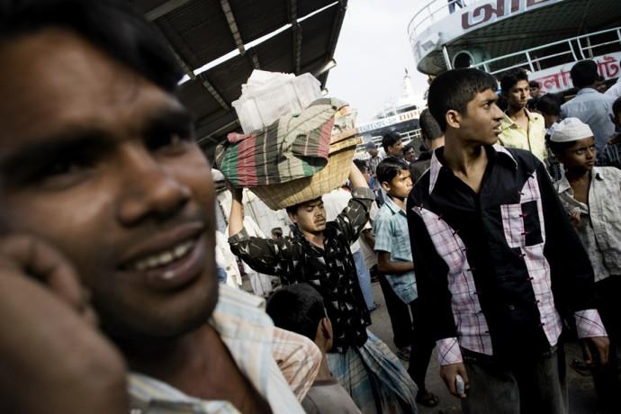 Crowd in the port of Sadar Ghat on Bunganga River, downtown Dhaka - © Giulio Napolitano