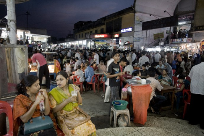 People in the New Market, Dhaka - © Giulio Napolitano