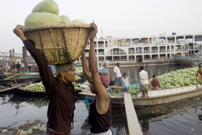 Workers lands water melons in Dhaka's Port (Sadar Ghat)  - © Giulio Napolitano