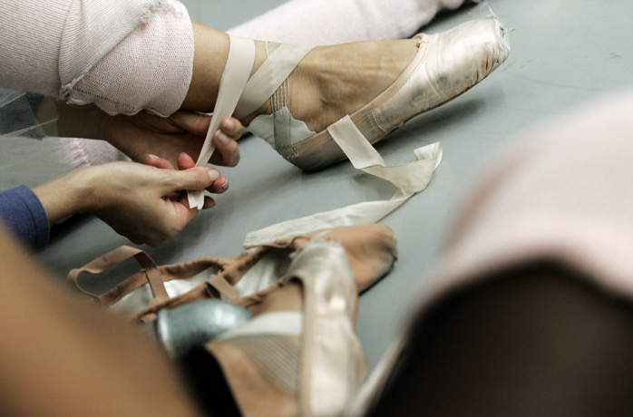 Pointe shoes tying before practice - © Giulio Napolitano