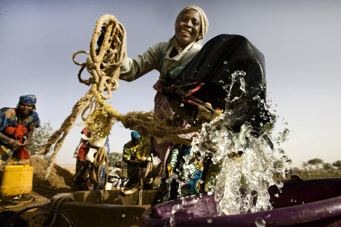 A woman harvesting water from a well, Kirari, Niger  - © Giulio Napolitano
