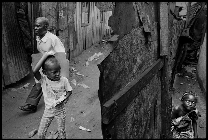 Luanda, everyday life scene in the Lixeira neighborhood. - © Giulio Napolitano